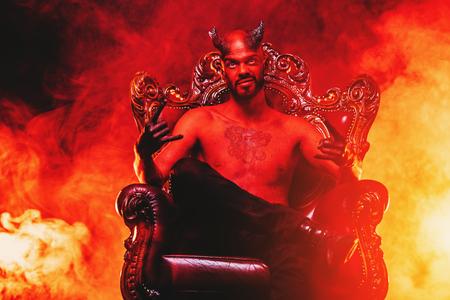 Ein Porträt eines bösen Dämons auf seinem Thron. Horrorfilm, Albtraum. Halloween.