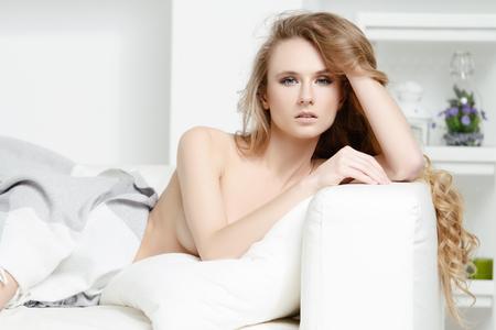 Hermosa chica en su dormitorio en casa. Foto de archivo