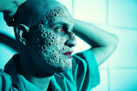 Een close-up portret van een zieke man in het blauwe licht. Wanhoop, hopeloosheid. Stockfoto