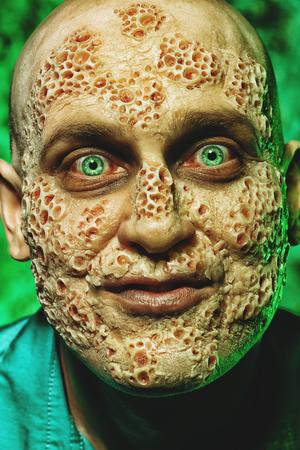 Een close-up portret van een zieke man. Wanhoop, hopeloosheid.