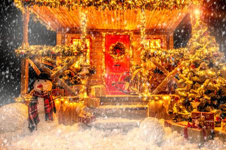 Een veranda versierd met lichtgevende slingers voor Kerstmis in huis. Decoraties voor Kerstmis en Nieuwjaar. Magische wondertijd. Stockfoto