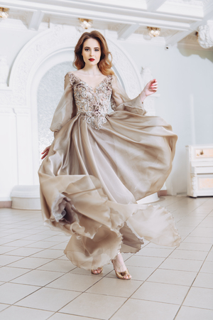 Un portrait d'une belle femme élégante dans la robe de mariée flottante. Mode, robe de mariée.
