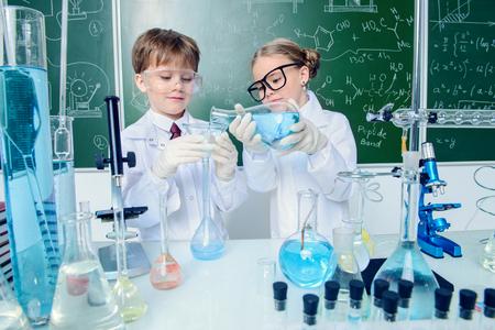 Zwei Kinderwissenschaftler experimentieren im Labor. Bildungskonzept. Frühe Entwicklung von Kindern.