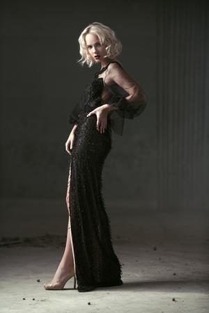 Un retrato de cuerpo entero de una bella dama rubia. Vestido de noche. Belleza de la moda. Foto de archivo
