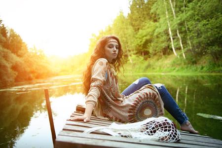 Bella ragazza hippie in posa all'aperto. Stile bohémien contemporaneo. Spirito di libertà. Colpo di moda. Bohémien, stile bo-ho.