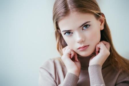 Portrait d'une adolescente mignonne. Beauté, mode.