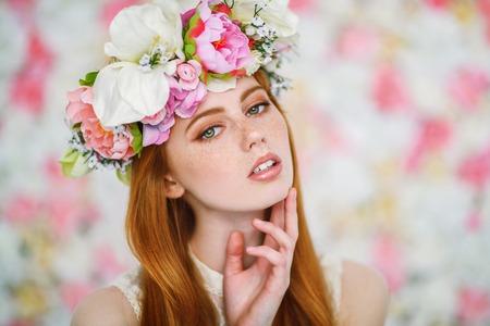 Un portrait en gros plan d'une belle belle fille. Beauté, cosmétiques.