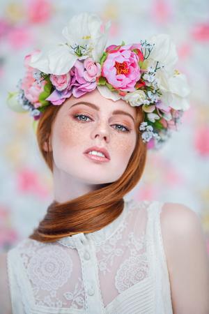 Un retrato de cerca de una hermosa niña encantadora. Belleza, cosmética. Foto de archivo
