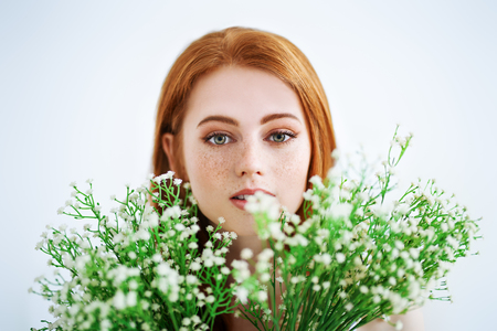 A portrait of a lovely beautiful girl with a bouquet of flowers. Beauty, cosmetics. Stockfoto