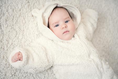 Ein Porträt eines süßen Babys. Glück, Elternschaft. Waren für Neugeborene.