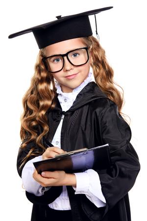 Porträt eines süßen neunjährigen Mädchens in einem akademischen Kleid und Hut. Pädagogisches Konzept. Getrennt über Weiß.