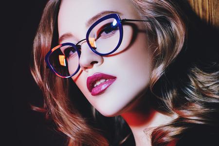 Bliska portret pewnej damy w okularach. Piękno, makijaż, styl.
