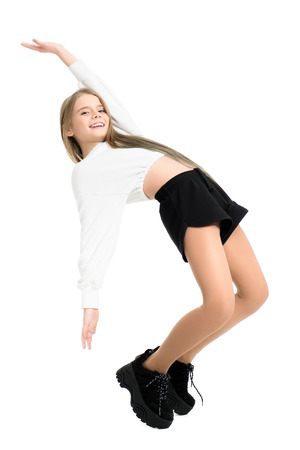Un portrait en pied d'une jeune fille qui pose en studio. Beauté, mode.