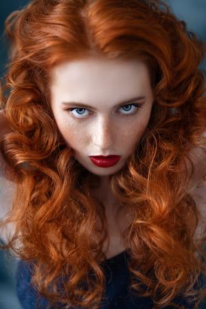 Een close-up portret van een prachtige mooie jonge vrouw die zich voordeed in de studio. Schoonheid, schoonheidsmiddelen.