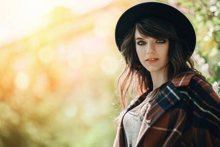 Un portrait d'une jeune femme à la mode dans le parc. Beauté, mode.