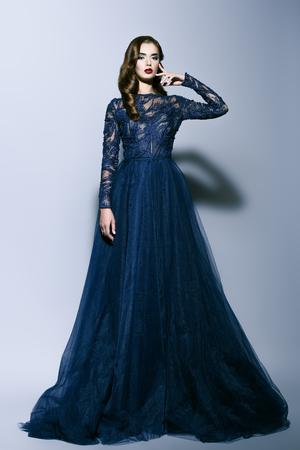 Un retrato de cuerpo entero de una bella dama morena. Vestido de noche. Belleza de la moda. Foto de archivo