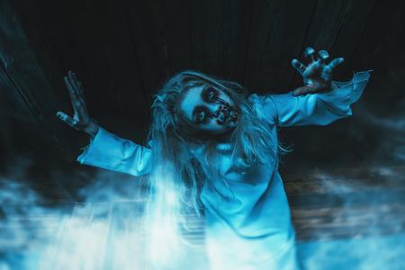 Un retrato de una aterradora niña pálida de una película de terror en una habitación. Zombie, halloween.