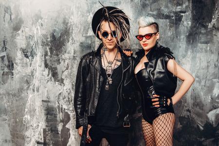 Un retrato de dos personas punk con estilo en la calle. Moda masculina moderna, músicos de rock. Foto de archivo