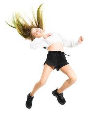 Un retrato de cuerpo entero de una joven saltando en el estudio. Belleza, moda.