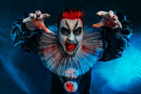 Portret wściekłego szalonego klauna z horroru. Halloween, karnawał.