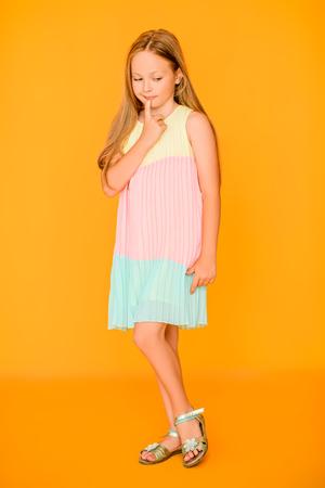 Un ritratto a figura intera di una giovane ragazza carina. Moda casual estiva per bambini.