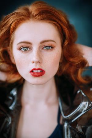 Ein Nahaufnahmeporträt eines reizenden mysteriösen Mädchens. Schönheit, Kosmetik.