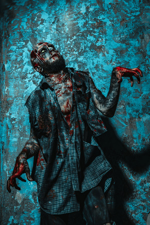 Ein Porträt eines gruseligen gruseligen Zombies. Halloween. Horrorfilm. Standard-Bild