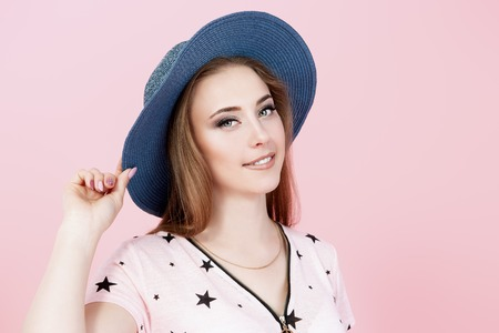 A portrait of a bright girl in the studio over the pink background. Summer casual fashion, beauty. Banque d'images