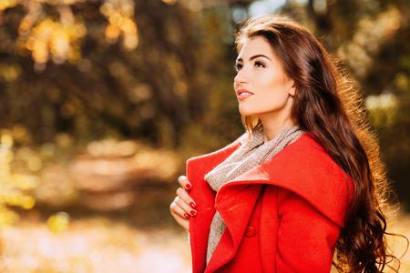 Portret pięknej młodej kobiety w jesiennym lesie. Styl życia, moda jesienna, uroda. Zdjęcie Seryjne