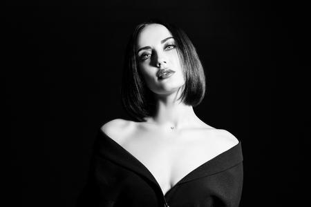 Ein Porträt einer schönen Frau, die einen schwarzen Blazer trägt. Mode, Schönheit, Stil.