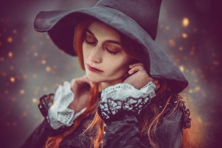 Un retrato de una bruja enojada cerca del bosque. Magia, fuerza oscura, hechizo. Foto de archivo