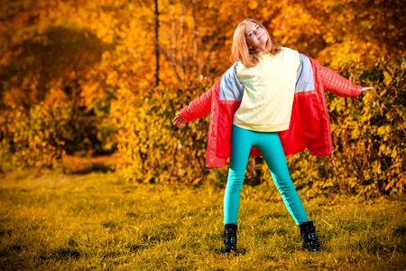 Una linda chica rubia en el campo. Belleza, moda de otoño. Foto de archivo