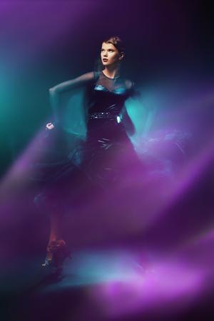 Schönes Mädchen führt Latino-Tanz mit Ausdruck durch. Professionelle Tänzerin in Bewegung. Schönheit, Mode.