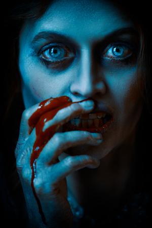 Víspera de Todos los Santos. Retrato de primer plano de una mujer vampiro sedienta de sangre en el antiguo castillo abandonado. Estilo vintage. Foto de archivo