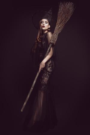 Piękna pani w stroju wiedźmy. Halloween. Uroczystość.