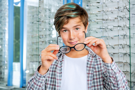 Un retrato de un adolescente. Óptica, visión, salud.