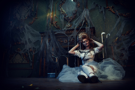 Halloween. Portrait of the dead empress in the old abandoned castle. Ghost in the castle. Vintage style. Banque d'images