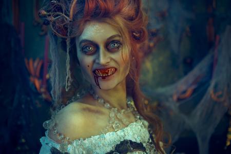 Vampires. Vampire femelle assoiffée de sang dans le vieux château abandonné. Style vintage. Halloween.