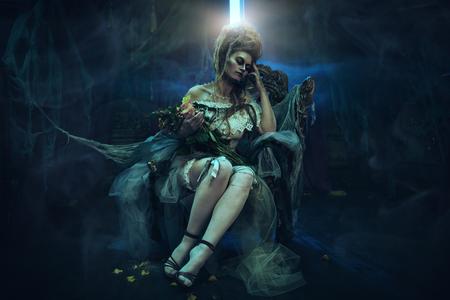 Halloween. Porträt der toten Kaiserin im alten verlassenen Schloss. Geist im Schloss. Vintage-Stil. Standard-Bild