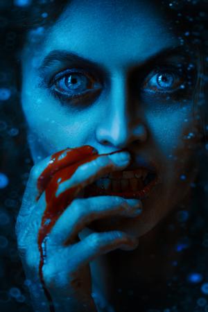 Halloween. Portrait en gros plan d'une femme vampire assoiffée de sang dans le vieux château abandonné. Style vintage. Banque d'images