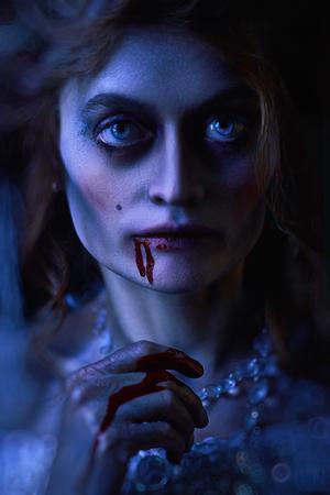 Halloween. Portrait en gros plan d'une femme vampire assoiffée de sang dans le vieux château abandonné. Style vintage.