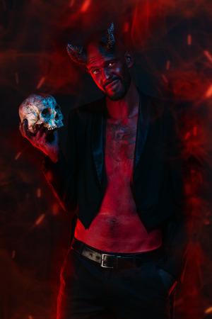Un retrato de un demonio malo con una calavera. Película de terror, pesadilla. Víspera de Todos los Santos.
