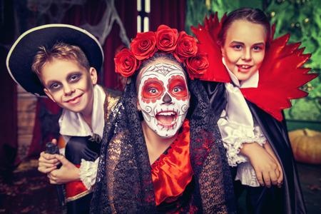 Los niños felices celebran Halloween en una fiesta con decoraciones de castillos antiguos. Víspera de Todos los Santos.