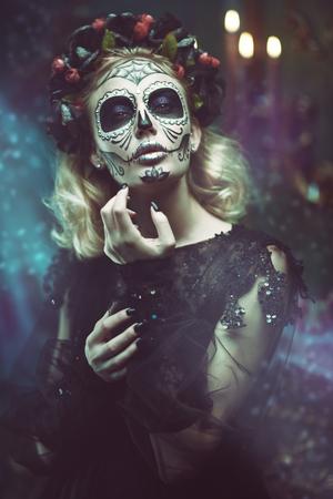 Tag der Toten. Charmante und gefährliche Calavera Catrina in einem alten verlassenen Haus. Zuckerschädelmädchen. Dia de los muertos. Halloween.