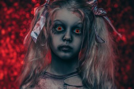 Un retrato de primer plano de una niña aterradora. Víspera de Todos los Santos. Película de terror. Foto de archivo