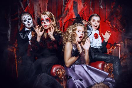 Halloween. Gruppe von Kindern in Karnevalskostümen im alten Schloss.