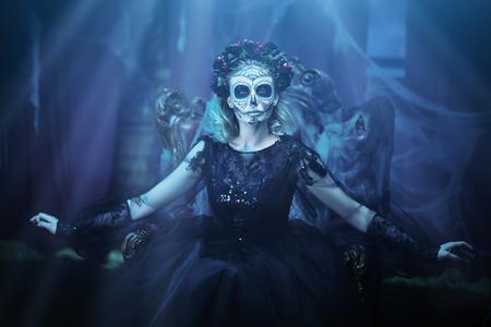 Le jour des morts. Calavera Catrina charmante et dangereuse dans une vieille maison abandonnée. Fille de crâne de sucre. Dia de los muertos. Halloween.