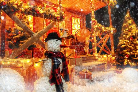 Eine mit leuchtenden Girlanden dekorierte Veranda für Weihnachten zu Hause. Dekorationen für Weihnachten und Neujahr. Magische Wunderzeit. Standard-Bild