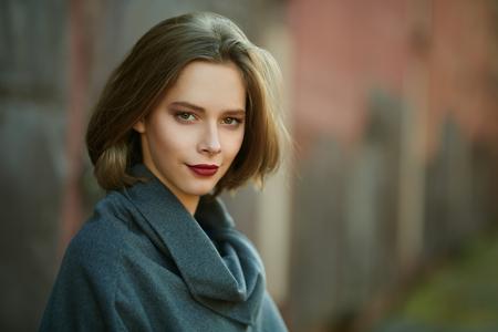 Porträt eines schönen romantischen Mädchens in der Herbststadt. Herbstschönheit, Mode.