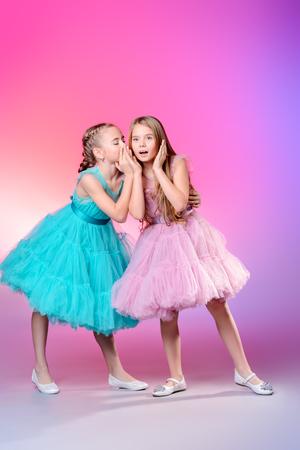 Deux jolies petites filles vêtues de belles robes de fête. Concept de mode pour enfants.